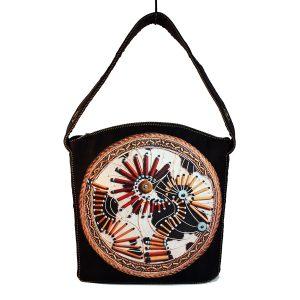 Czarna torebka boho z indiańskim motywem